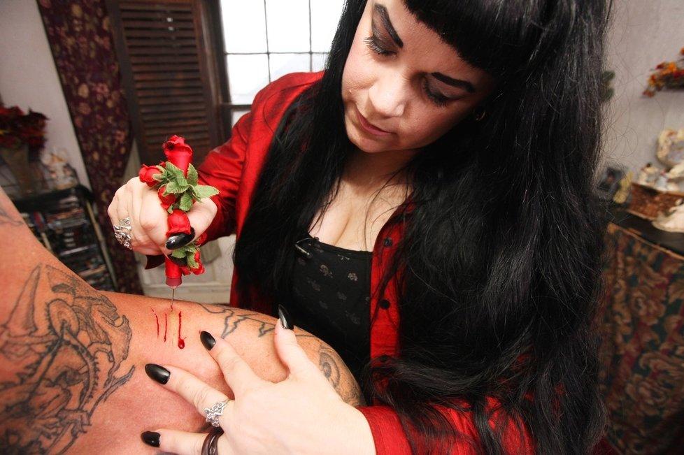 Юлия кожу своих доноров надрезает специальным ножом, который сама разработала и хлынувшую кровь пьет прямо из раны.